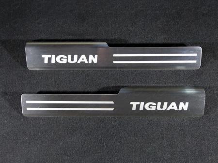 Volkswagen Tiguan 2017- Накладки на пластиковые пороги (лист шлифованный надписьTiguan) 2шт